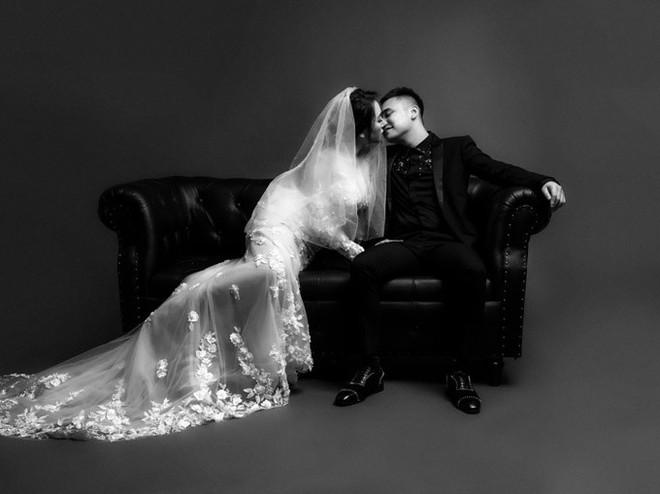 Trọn vẹn bộ ảnh cưới trắng đen đầy ngọt ngào của Khắc Việt và bà xã trước ngày về chung nhà - Ảnh 3.