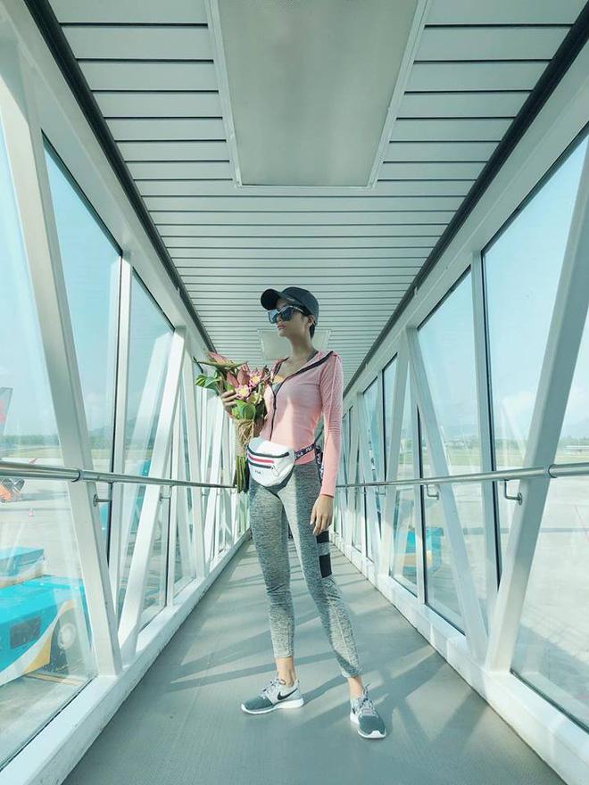 Chẳng còn hứng thú khoe street style sành điệu, Hà Hồ - Phạm Hương lại muốn xem ai lạ hơn ai - ảnh 3