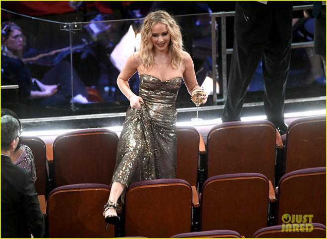 Có ai tự nhiên như Jennifer Lawrence, mặc váy hàng hiệu trèo qua các hàng ghế tại Oscar 2018 - Ảnh 2.