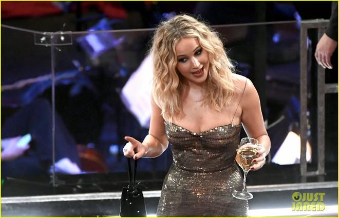 Có ai tự nhiên như Jennifer Lawrence, mặc váy hàng hiệu trèo qua các hàng ghế tại Oscar 2018 - Ảnh 4.