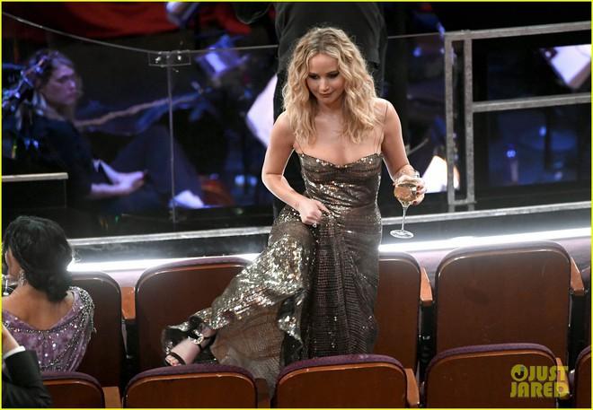 Có ai tự nhiên như Jennifer Lawrence, mặc váy hàng hiệu trèo qua các hàng ghế tại Oscar 2018 - Ảnh 1.