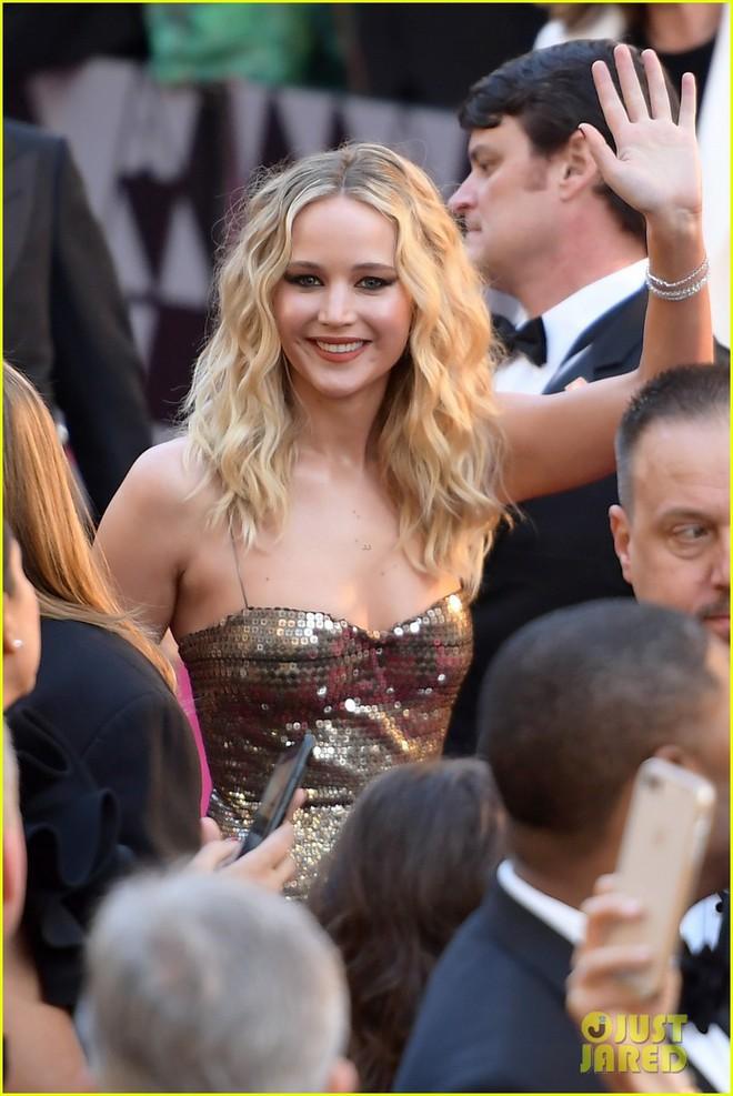 Có ai tự nhiên như Jennifer Lawrence, mặc váy hàng hiệu trèo qua các hàng ghế tại Oscar 2018 - Ảnh 6.
