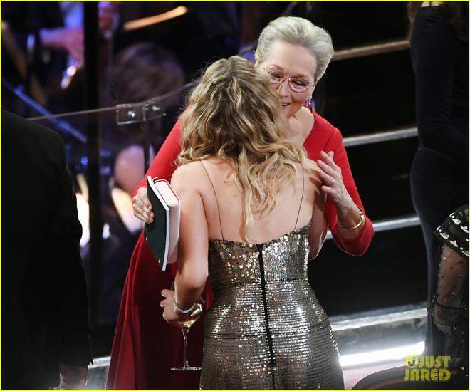Có ai tự nhiên như Jennifer Lawrence, mặc váy hàng hiệu trèo qua các hàng ghế tại Oscar 2018 - Ảnh 5.