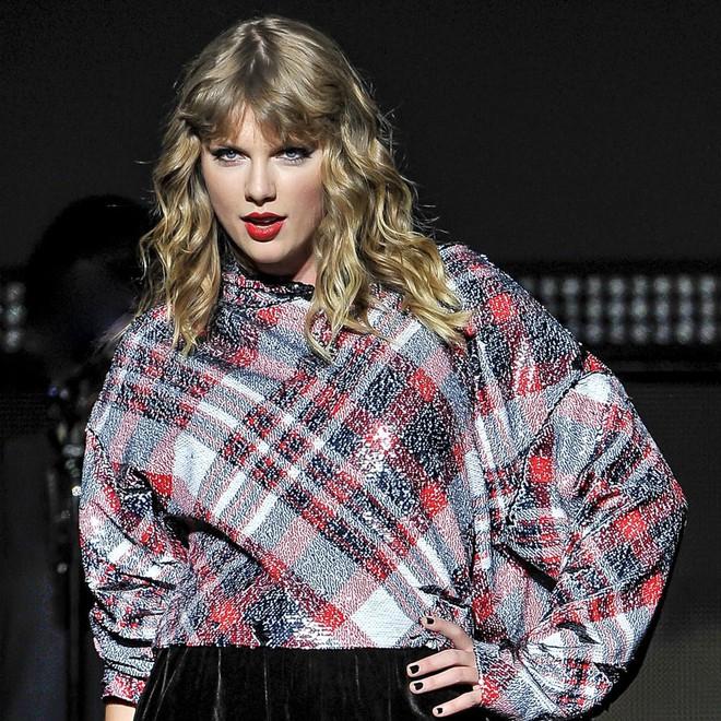 Bất ngờ trở lại làm Công chúa nhạc đồng quê trong bản cover hit kinh điển, Taylor Swift bị ném đá hết lời - Ảnh 2.