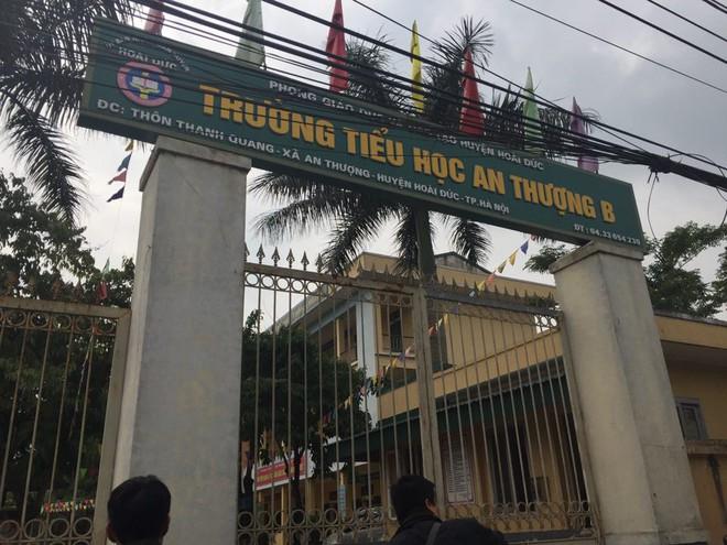 Hà Nội: Nữ giáo viên tiểu học dùng thước và cán cờ đánh 9 học sinh vì viết chữ xấu - Ảnh 1.
