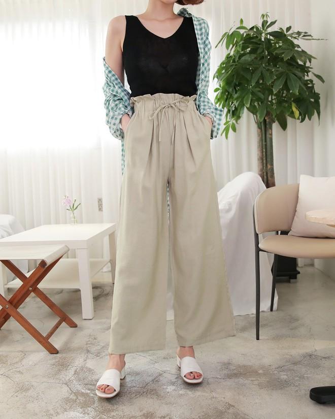 Hè này nếu mua quần culottes, bạn hãy chọn loại cạp chun bản to để sơ vin với áo gì cũng xinh - ảnh 3