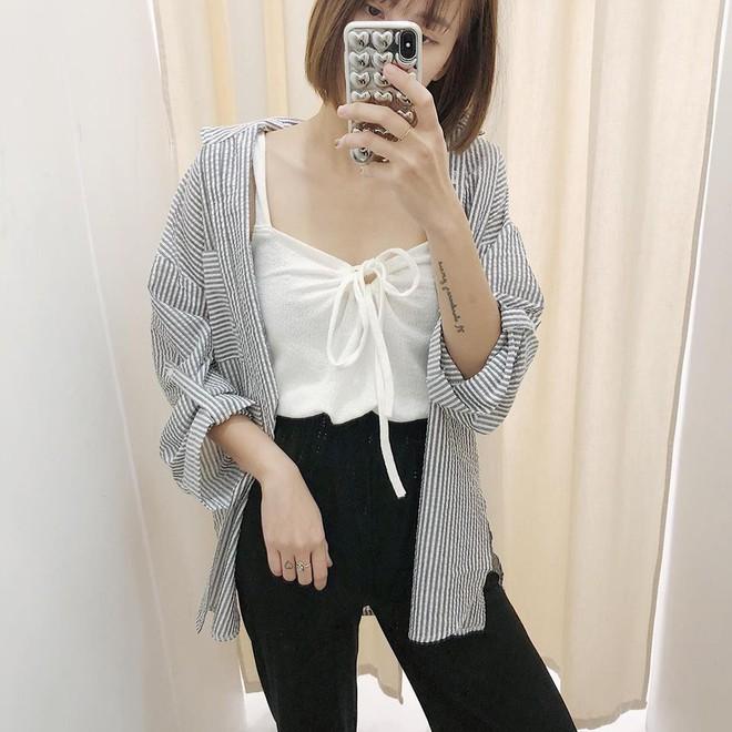 Hè này nếu mua quần culottes, bạn hãy chọn loại cạp chun bản to để sơ vin với áo gì cũng xinh - ảnh 10