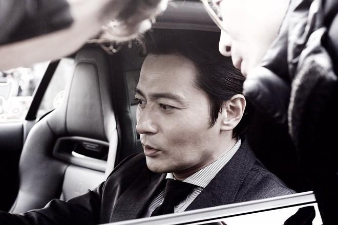 Choáng với ảnh hậu trường của tài tử Jang Dong Gun: Có ai da nhăn nheo nhưng vẫn đẹp cực phẩm như thế này? - ảnh 5