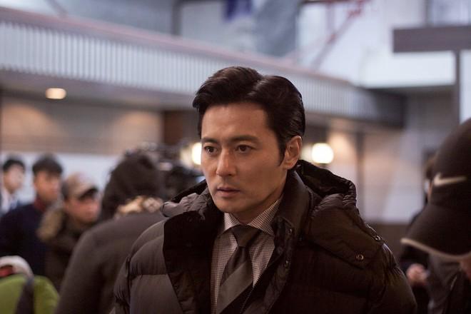 Choáng với ảnh hậu trường của tài tử Jang Dong Gun: Có ai da nhăn nheo nhưng vẫn đẹp cực phẩm như thế này? - ảnh 7