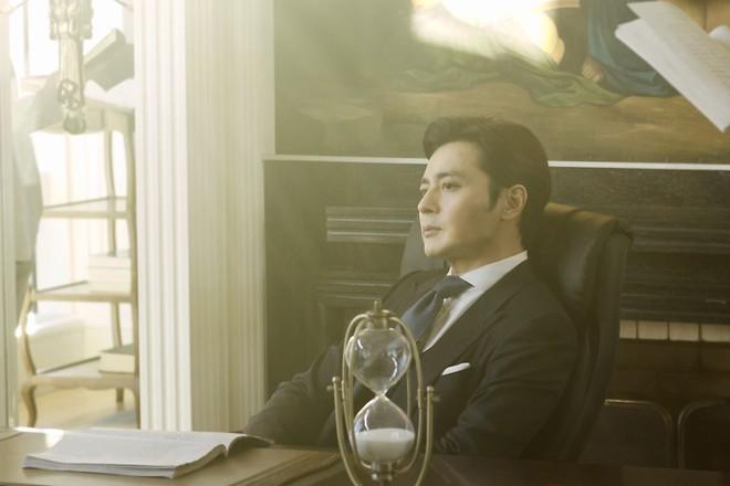 Choáng với ảnh hậu trường của tài tử Jang Dong Gun: Có ai da nhăn nheo nhưng vẫn đẹp cực phẩm như thế này? - ảnh 12