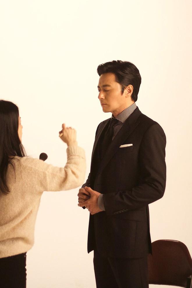 Choáng với ảnh hậu trường của tài tử Jang Dong Gun: Có ai da nhăn nheo nhưng vẫn đẹp cực phẩm như thế này? - ảnh 14