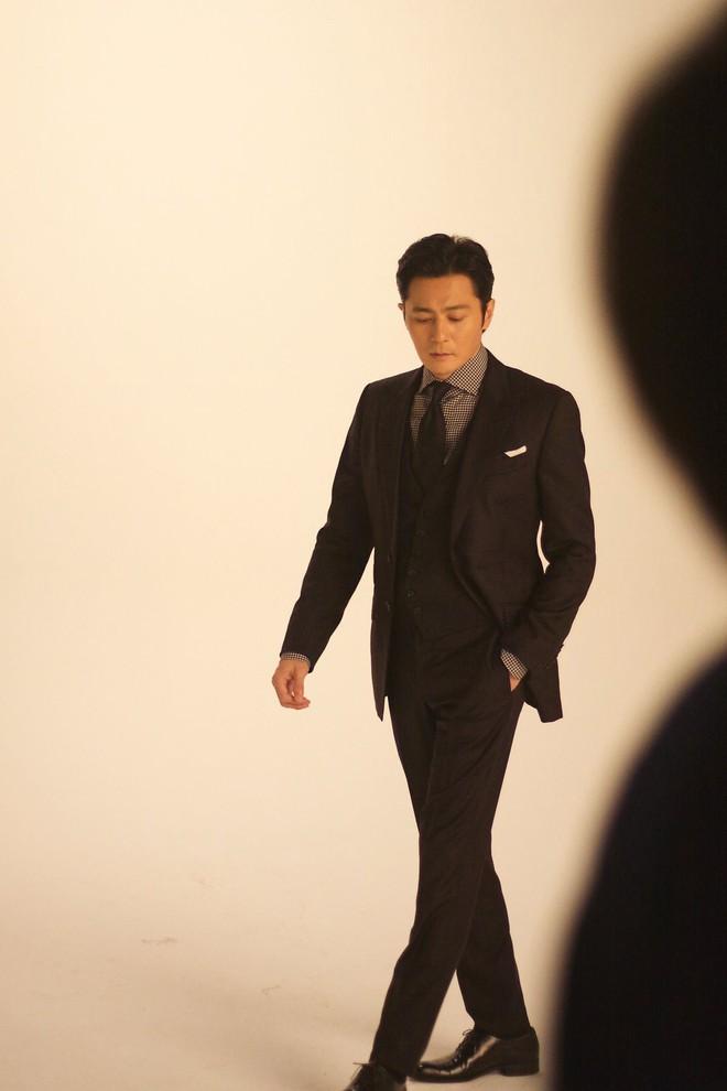 Choáng với ảnh hậu trường của tài tử Jang Dong Gun: Có ai da nhăn nheo nhưng vẫn đẹp cực phẩm như thế này? - ảnh 15