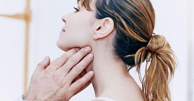6 triệu chứng cảnh báo bệnh ung thư vòm họng bạn đừng nên bỏ qua - ảnh 2