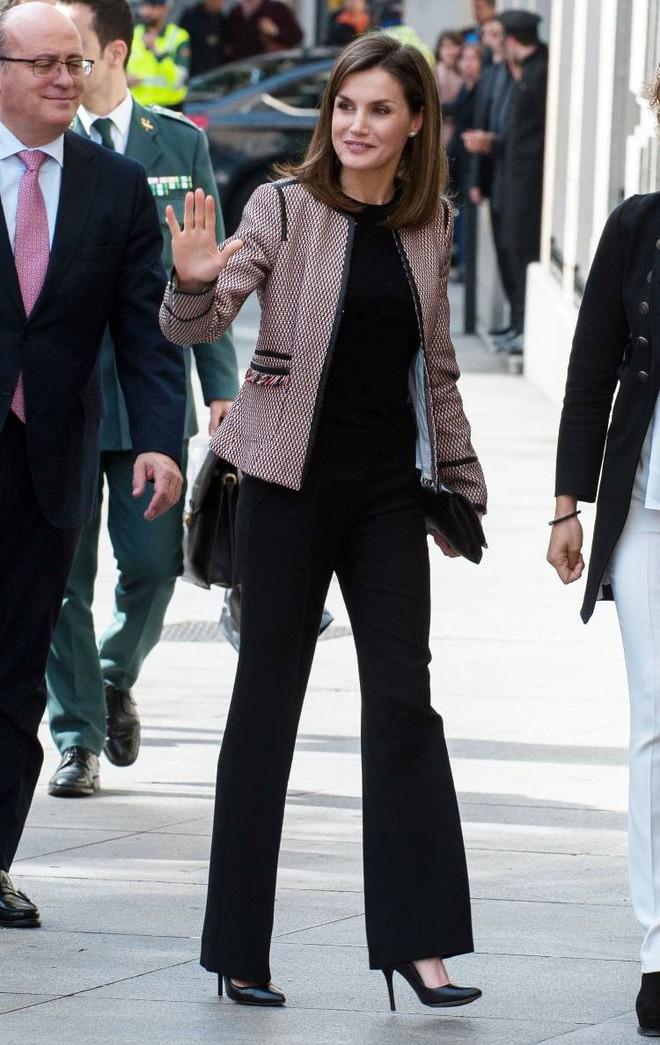 Trang phục giúp Hoàng hậu Letizia tỏa sáng không thể thiếu những món đồ đến từ thương hiệu Zara - ảnh 1