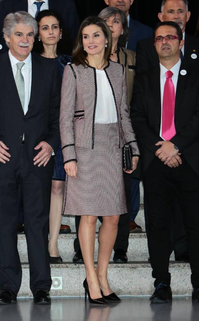 Trang phục giúp Hoàng hậu Letizia tỏa sáng không thể thiếu những món đồ đến từ thương hiệu Zara - ảnh 2