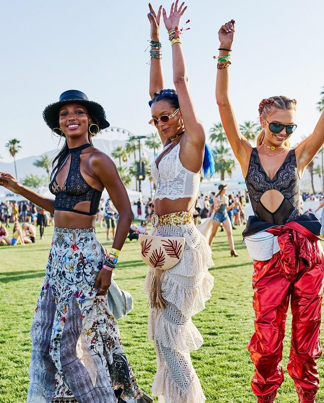 Học style của các bạn trẻ tại Coachella 2018 để lên đồ thật đỉnh cho mùa quẩy sắp tới - ảnh 25