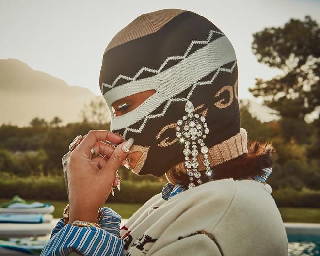 Người ta thì đợi đến mùa quẩy để mặc hở, mình Rihanna lại bịt mặt nạ, trùm kín như bưng - ảnh 2