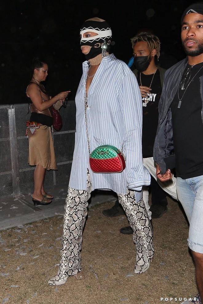 Người ta thì đợi đến mùa quẩy để mặc hở, mình Rihanna lại bịt mặt nạ, trùm kín như bưng - ảnh 4