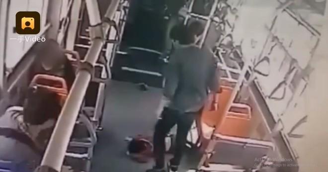 Vì bị đá nhẹ vào tay, nam thanh niên đánh đập cậu bé 6 tuổi dã man ngay trên xe bus - ảnh 1