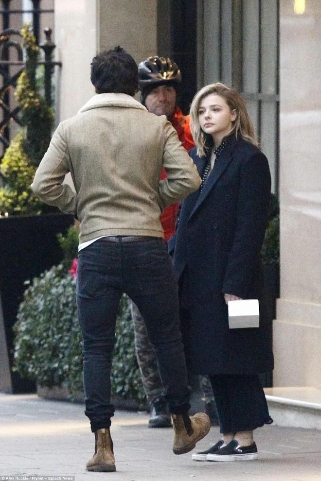 Hôn nhau trên phố, Brooklyn Beckham và Chloe Moretz dễ thương như đang quay phim tình cảm - Ảnh 3.