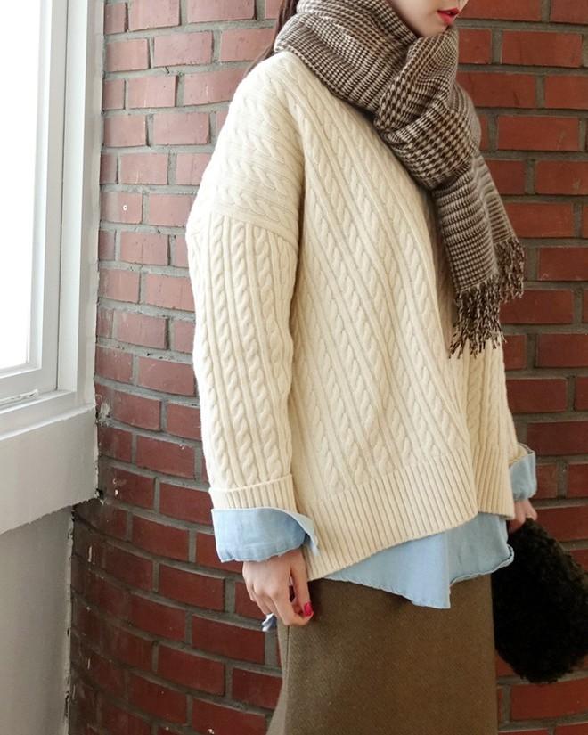 Trời rét thế này ra đường không thể thiếu khăn quàng, và đây là 4 kiểu khăn mốt nhất mà bạn nên sắm - Ảnh 9.