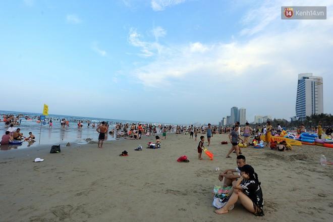 Đà Nẵng: Hàng chục nghìn người ùn ùn lên núi, xuống biển giải nhiệt trong ngày 1/5 - Ảnh 9.
