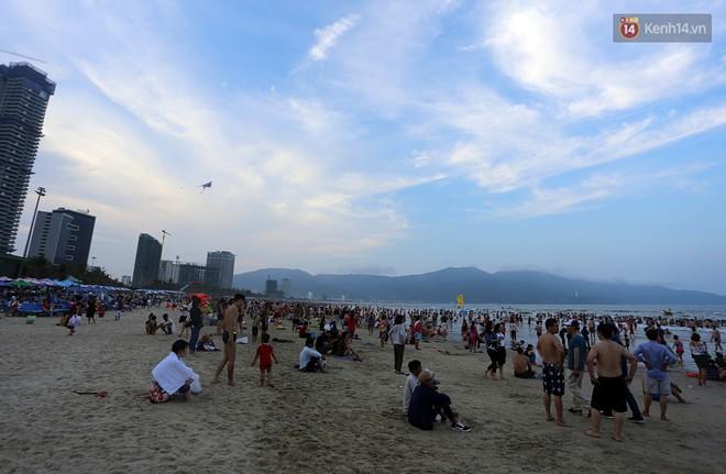 Đà Nẵng: Hàng chục nghìn người ùn ùn lên núi, xuống biển giải nhiệt trong ngày 1/5 - Ảnh 3.