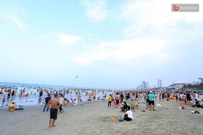 Đà Nẵng: Hàng chục nghìn người ùn ùn lên núi, xuống biển giải nhiệt trong ngày 1/5 - Ảnh 1.