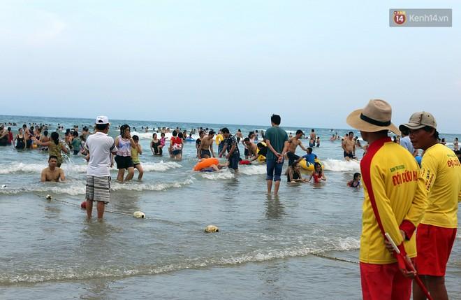 Đà Nẵng: Hàng chục nghìn người ùn ùn lên núi, xuống biển giải nhiệt trong ngày 1/5 - Ảnh 8.