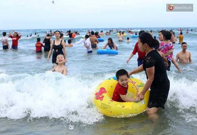 Đà Nẵng: Hàng chục nghìn người ùn ùn lên núi, xuống biển giải nhiệt trong ngày 1/5 - Ảnh 4.