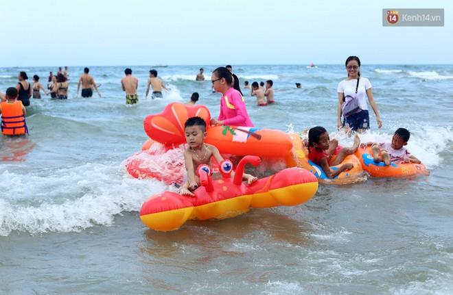 Đà Nẵng: Hàng chục nghìn người ùn ùn lên núi, xuống biển giải nhiệt trong ngày 1/5 - Ảnh 5.