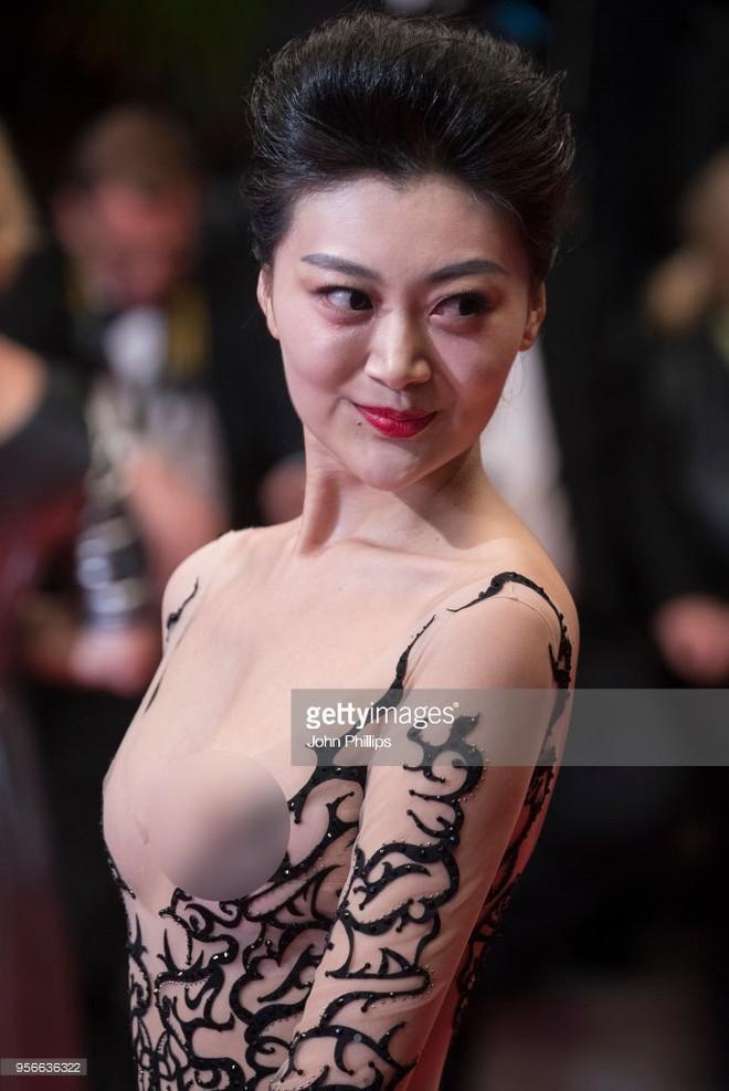 Cannes ngày 2 loạn bởi loạt mỹ nhân vô danh Trung Quốc: Quyết tâm lộ nhũ hoa, mặc long bào bắt chước Phạm Băng Băng - Ảnh 1.