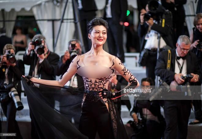 Cannes ngày 2 loạn bởi loạt mỹ nhân vô danh Trung Quốc: Quyết tâm lộ nhũ hoa, mặc long bào bắt chước Phạm Băng Băng - Ảnh 3.