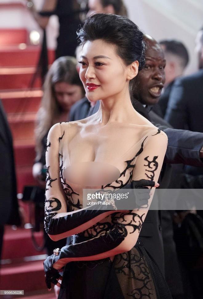 Cannes ngày 2 loạn bởi loạt mỹ nhân vô danh Trung Quốc: Quyết tâm lộ nhũ hoa, mặc long bào bắt chước Phạm Băng Băng - Ảnh 4.
