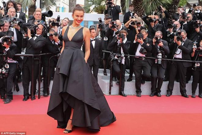 Thảm đỏ LHP Cannes ngày 2: Bồ cũ G-Dragon lộ vòng 1 lép kẹp, lu mờ trước sao nữ ngực khủng làm trò lố - Ảnh 13.