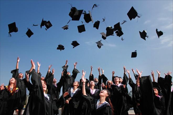 Mỹ: Reo hò, huýt sáo, gọi tên bạn khi nhận bằng tại lễ tốt nghiệp sẽ bị phạt hơn 1000 USD - Ảnh 1.