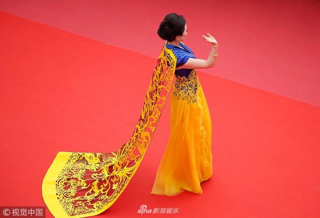 Cannes ngày 2 loạn bởi loạt mỹ nhân vô danh Trung Quốc: Quyết tâm lộ nhũ hoa, mặc long bào bắt chước Phạm Băng Băng - Ảnh 5.