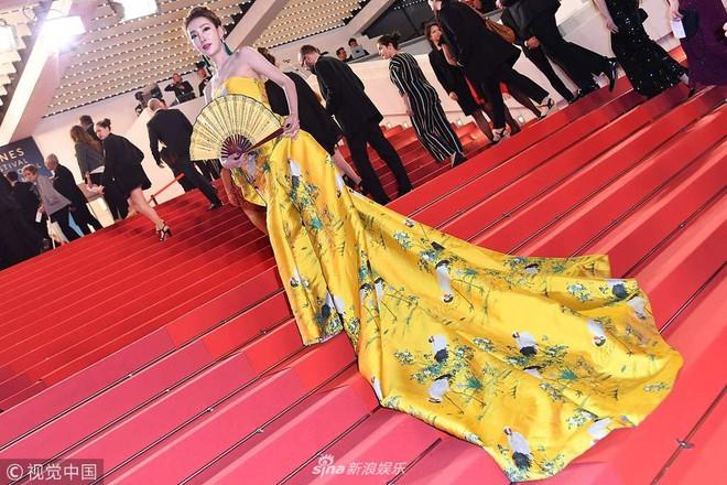 Cannes ngày 2 loạn bởi loạt mỹ nhân vô danh Trung Quốc: Quyết tâm lộ nhũ hoa, mặc long bào bắt chước Phạm Băng Băng - Ảnh 8.