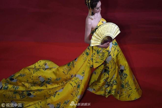 Cannes ngày 2 loạn bởi loạt mỹ nhân vô danh Trung Quốc: Quyết tâm lộ nhũ hoa, mặc long bào bắt chước Phạm Băng Băng - Ảnh 9.