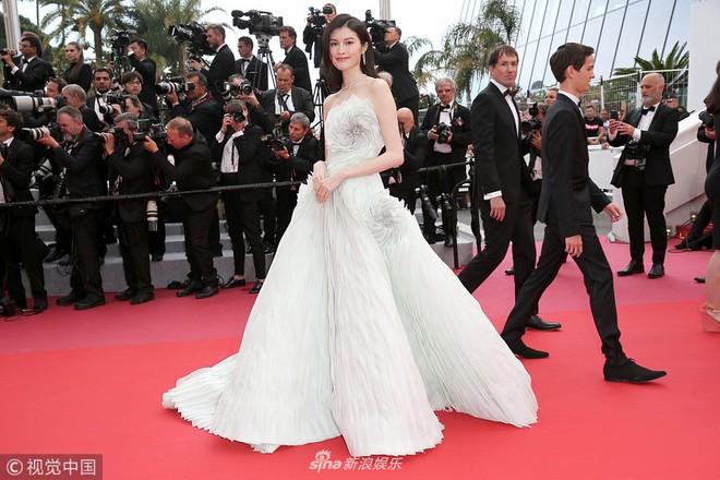 Thảm đỏ LHP Cannes: Cô bé đẹp nhất thế giới khoe sắc giữa dàn mỹ nhân hở bạo, chỉ có 1 đại diện Trung Quốc - Ảnh 7.