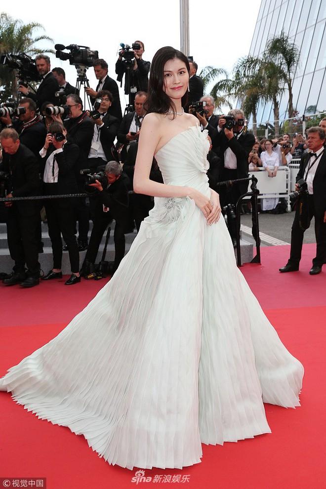 Thảm đỏ LHP Cannes: Cô bé đẹp nhất thế giới khoe sắc giữa dàn mỹ nhân hở bạo, chỉ có 1 đại diện Trung Quốc - Ảnh 8.