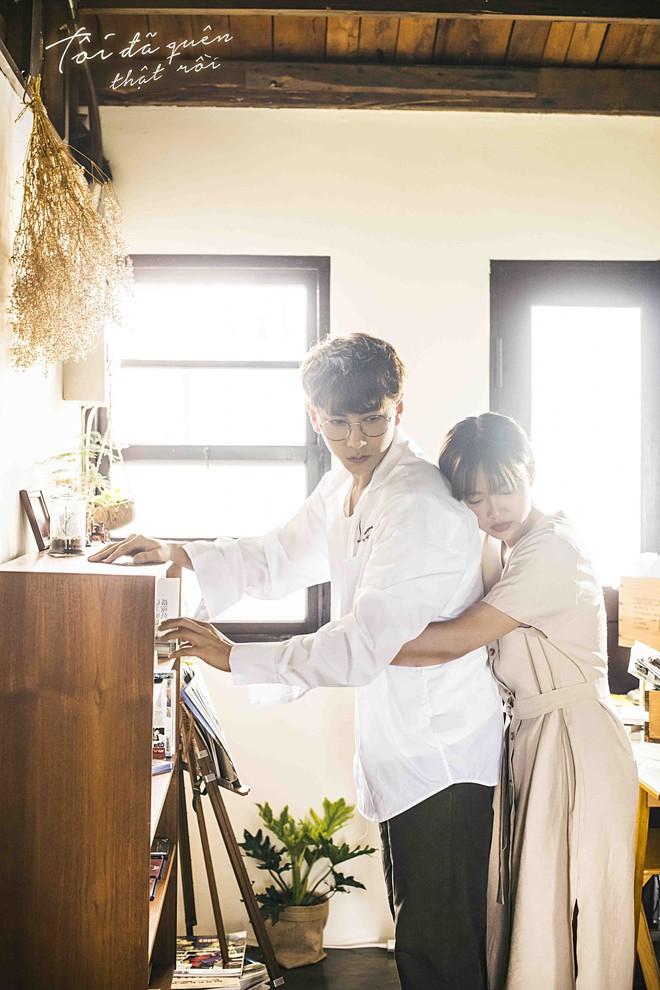 Isaac hoá thân ông chú cô đơn, hé lộ mối tình đũa lệch trong teaser MV mới - Ảnh 3.