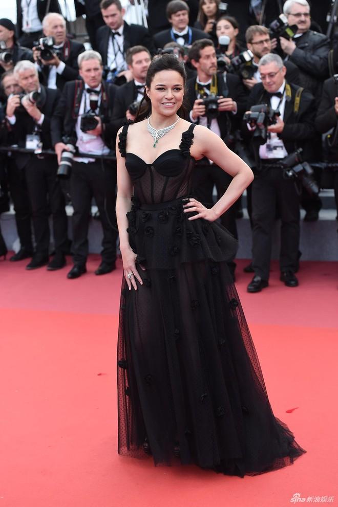 Quá mệt mỏi với LHP Cannes, Kristen Stewart ngáp ngái ngủ và cởi luôn giày cao gót trên thảm đỏ - Ảnh 10.