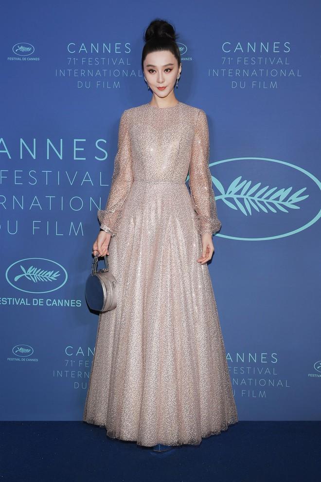 17 bộ váy đẹp nhất thảm đỏ Cannes 2018 thì ắt hơn chục bộ chỉ dành cho những nàng ngực mini - Ảnh 13.