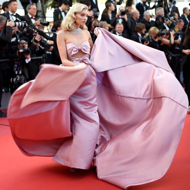 17 bộ váy đẹp nhất thảm đỏ Cannes 2018 thì ắt hơn chục bộ chỉ dành cho những nàng ngực mini - Ảnh 7.