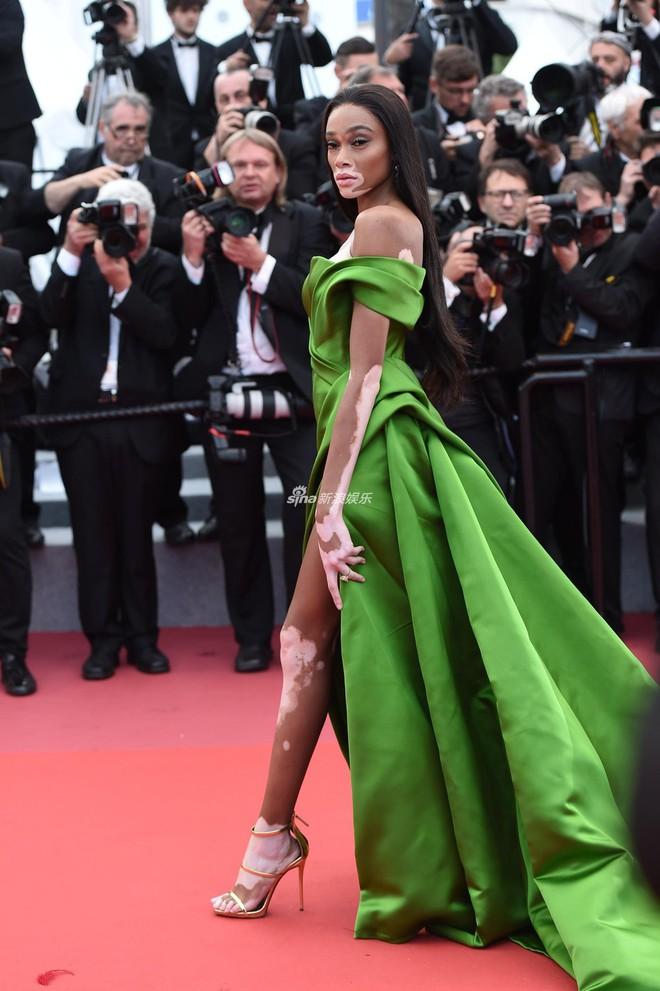 Quá mệt mỏi với LHP Cannes, Kristen Stewart ngáp ngái ngủ và cởi luôn giày cao gót trên thảm đỏ - Ảnh 11.