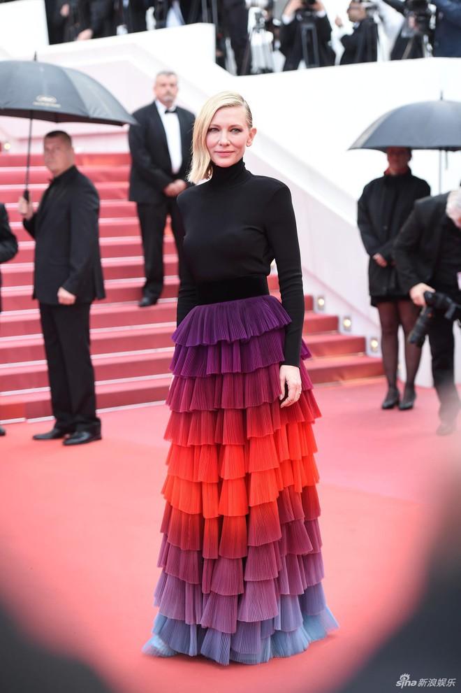 Quá mệt mỏi với LHP Cannes, Kristen Stewart ngáp ngái ngủ và cởi luôn giày cao gót trên thảm đỏ - Ảnh 7.