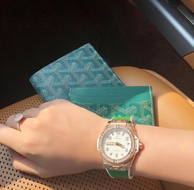 Jolie Nguyễn xúng xính street style với đồng hồ 480 triệu đồng, Quỳnh Anh Shyn khoe sneaker Chanel chất lừ - Ảnh 2.