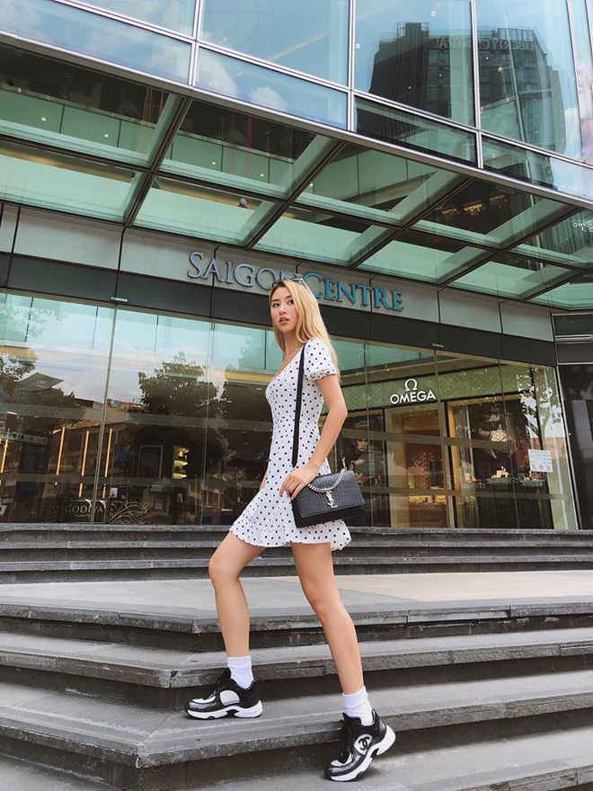 Jolie Nguyễn xúng xính street style với đồng hồ 480 triệu đồng, Quỳnh Anh Shyn khoe sneaker Chanel chất lừ - Ảnh 3.