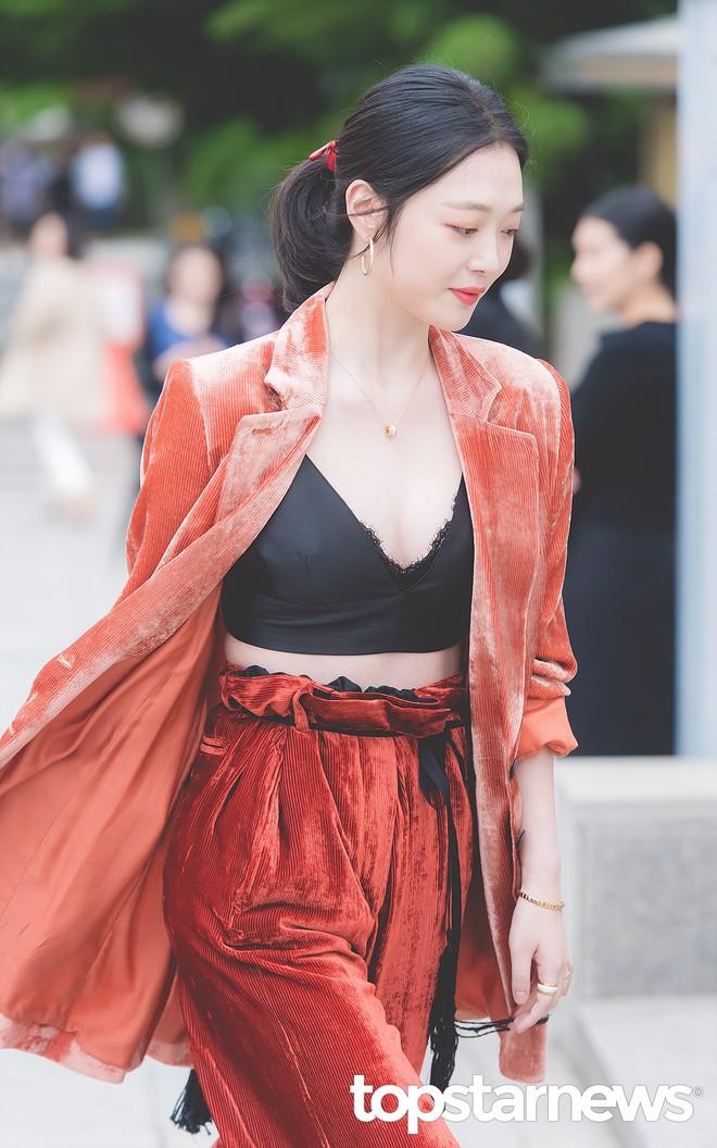 Sulli trở lại đẹp xuất sắc với màn hở ngực táo bạo, chấp cả Hoa hậu Hàn đẹp nhất thế giới và chị đại Kim Hye Soo - ảnh 6